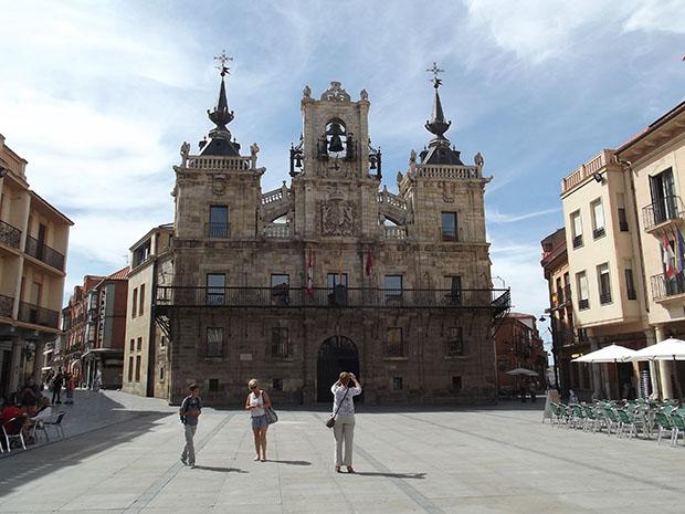 Turistas frente al Ayuntamiento de Astorga