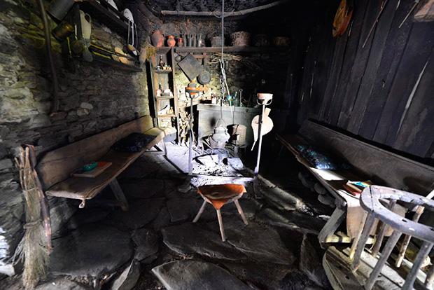 La estancia principal con el hogar en el medio, los 'escanos' y otros elementos de almacenaje. Foto de Quinito-elbierzonoticias.com