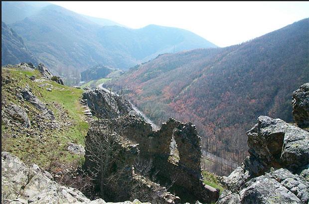 Castillo de Curueño sobre Nocedo / Foto de Rosa y Rafa