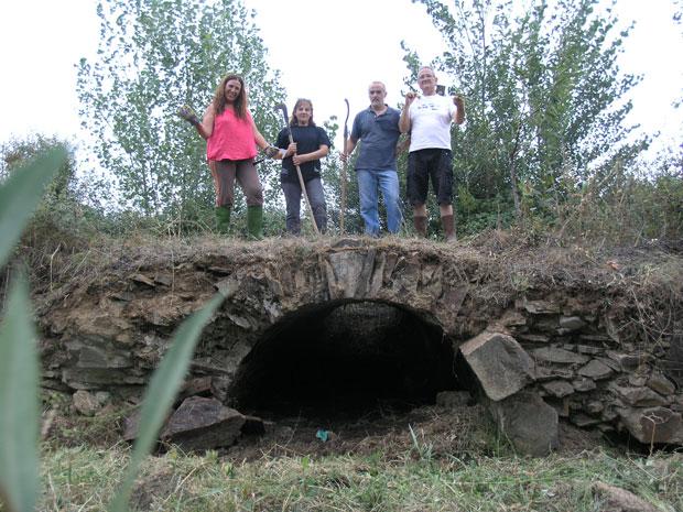Socios de El Embrujo de la Valduerna sobre el puente romano de la Vía de la Plata o Vía Balata de Palacios