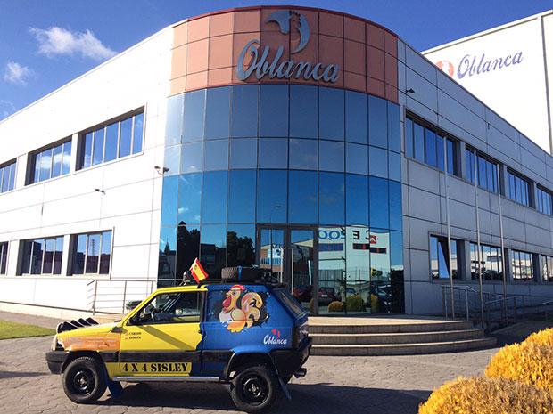 El Fiat Panda de Carlos Hernández frente a las oficinas del Grupo Oblanca