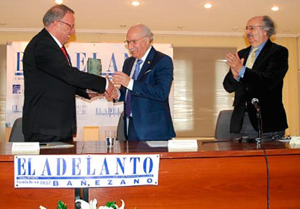 Manuel González recibe el premio de la mano de Juan Bautista Rubio en presencia de Antonio Colinas