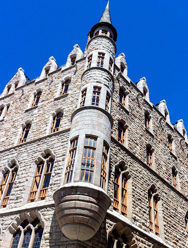 Casa Botines, obra del arquitecto catalán Antonio Gaudí