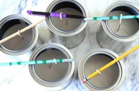 Δεν έχετε τσοπ στικ; Κανένα πρόβλημα! Περάστε το φιτίλι γύρω από τα μολύβια και τα στυλό σας.