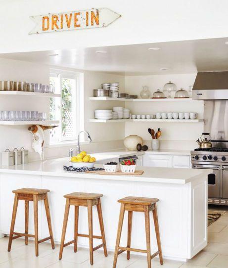 Αφού ολοκληρώσετε με τη μίνι ανακαίνιση διακοσμήστε την κουζίνα σας με πίνακες, κεριά, βάζα ή οτιδήποτε άλλο σας αρέσει.