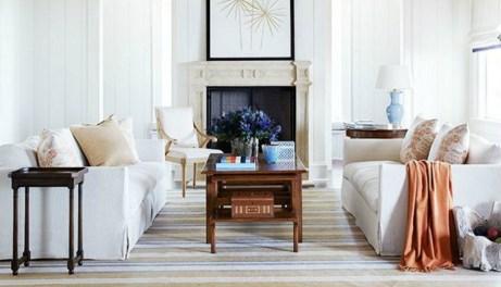 Αλλάζοντας μαξιλάρια και τη γύρω διακόσμηση, μπορείτε να ξαναχρησιμοποιήσετε τον λευκό καναπέ χωρίς να χάσει το στιλ του.