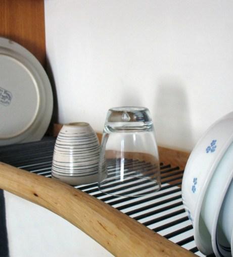 Φτιάξτε ένα ράφι πάνω από τον νεροχύτη για τα πιάτα και τα ποτήρια που στεγνώνουν.