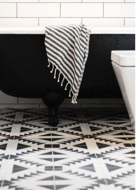Η μαύρη μπανιέρα ταιριάζει φανταστικά ακόμα και σε ένα εντελώς λευκό μπάνιο. Με ένα ζευγάρι μαύρες πετσέτες θα έχετε φτιάξει ένα φανταστικό μπάνιο.