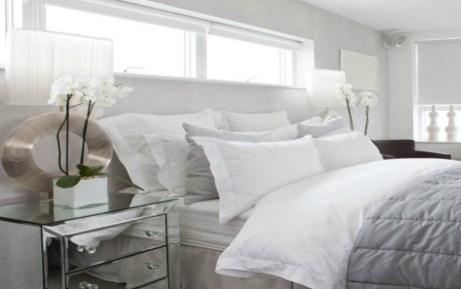 Ανακατέψτε γκρι με λευκό για ένα μίνιμαλ και σοφιστικέ υπνοδωμάτιο. Όσο πιο σκούρες οι αποχρώσεις του γκρι που χρησιμοποιείτε τόσο πιο σοφιστικέ θα δείχνει ο χώρος σας.