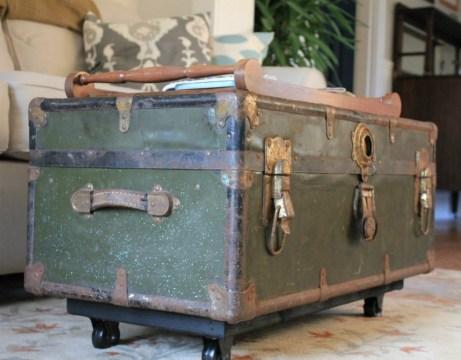 Τα vintage έπιπλα αποτελούν από μόνα τους διακοσμητικά αντικείμενα και χρειάζονται πιο απλή διακόσμηση.