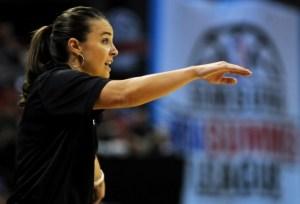 Becky Hammon dirigiendo a los Spurs
