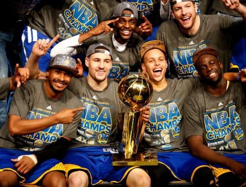 Los Warriors celebrando la consecución del título