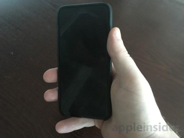 画像2: 今回発売された4インチモデルのiPhone SEですが、多くのレビュー記事の中で一際目立つのが、手にした時のサイズ感を話題にしたものです。iPhone 6シリーズから定番となった4.7インチの大きさは、多くの人にとって片手で端から端まで操作するには若干大きすぎることもあり、今までは自分も含めて右手の小指が大活躍してきました。このiPhone SEの登場により、ようやく小指を休められる、そんな予感がしています。 The post iPhone SE、ようやく小指を酷使せずに片手操作が可能?やはり4インチのサイズ感は心地よい! appeared first on Spotry.me. spotry.me