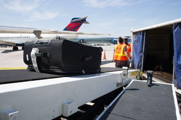 画像2: 預けた荷物が到着ロビーのベルトコンベアーに流れてこない!?なんてことはもう過去のことに!?デルタ航空は、預け荷物に新たにRFIDタグの導入を行い、今年の夏を目処に344の空港に導入するとのことです! The post デルタ航空が今年の夏よりRFIDタグを預け荷物へ導入!これでロストバゲージとはおさらば?! appeared first on Spotry.me. spotry.me