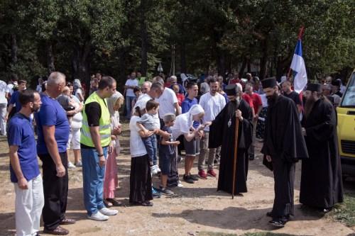 Народ дочекује владику Наума