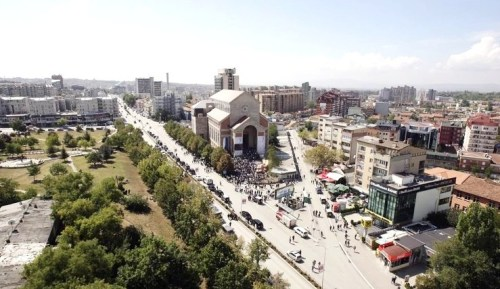 Катедрала Мајке Терезе у Приштини се налази на раскрсници два велика булевара - Била Клинтона и булевара Џорџа Буша.