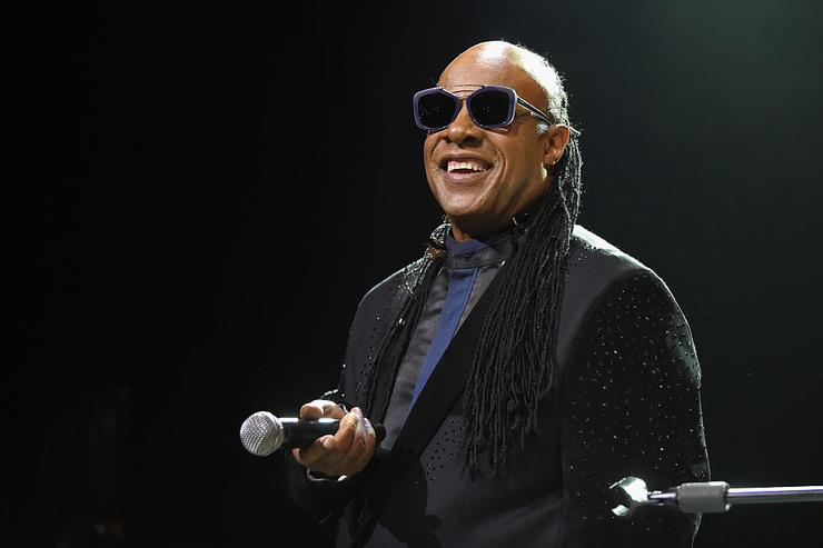 Stevie Wonder Stokes Conspiracy Rumors That He s Not Actually Blind