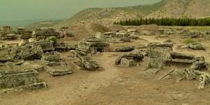 Idag finns bara ruinerna kvar från de grekiska poliserna.  Här ser du ruinerna från en gravplats tillhörande an antik polis i Grekland. (Foto: Joonas Plaan)