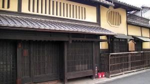 Machiya med gallerfönster både uppe och nere som tillför ventilation, ljus samt skyddar mot insyn. (Foto: Yoichi Nakanishi)