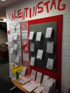 Eine bunte Ausstellungswand mit verpackten Büchern zum Valentinstag.