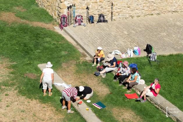 Pilgerinnen rasten am Ufer des Arga in Puente la Reina