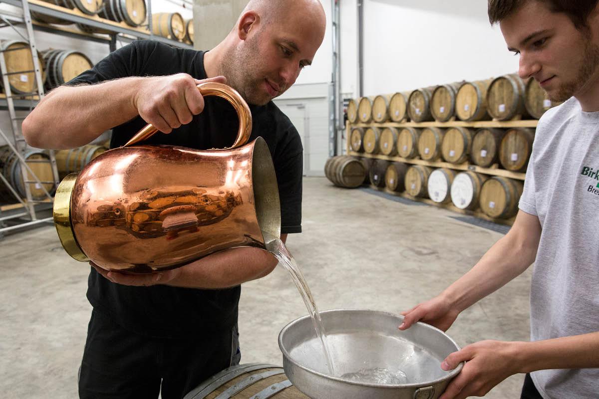 Lars Baethke, Destillateur auf dem Birkenhof und Auszubildender Steven Völkner im Warehouse der Destillerie ©Birkenhof-Brennerei - Röder-Moldenauer