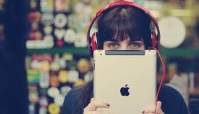 headphones-ipad-hi-tech-brunette-woman-photo