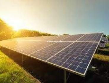 Deux techniciens en électrique spécialité énergie renouvelable photovoltaïque