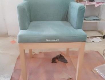 un chaises en blanz couleur aux choix