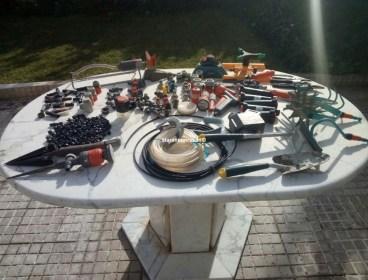 Lot d'outils de jardinage et accessoires d'arrosage.