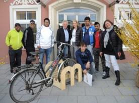 Übergabe des Radständers vor dem Marktgemeindamt Moosburg an Bgm. Herbert Gaggl in Anwesenheit der beiden Projektleiterinnen Gordana Brandner-Gruber und Gerlinde Hiebl (1.v.r.)