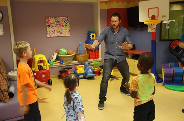 Jurassic World star Chris Pratt teaches sick kids to train velociraptors.