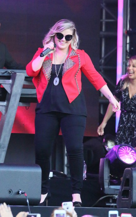 kelly-clarkson-baby-boy-son-first-pic-03
