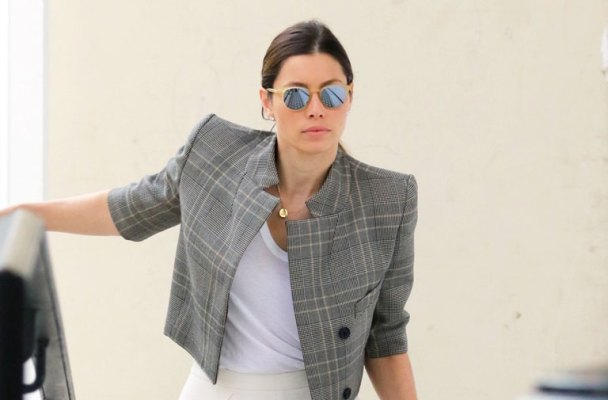 jessica-biel-actress-fumbles-with-parking-card-au-fudge-01