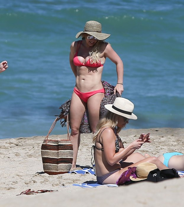 Hilary-Duff-Bikini-Beach-Mexico-04