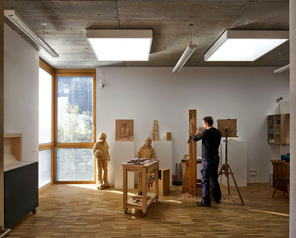life-like-realistic-wooden-sculptures-peter-demetz-13