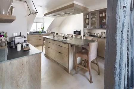 une cuisine avec ilot bois sous les combles 5471556
