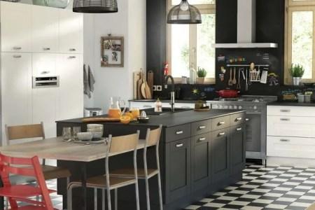 cuisine avec ilot central noir carrelage en damier noir et blanc 5775223