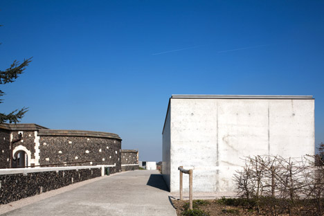Tyne-Cote-Cemetry-entrance-pavillion-by-Govaert-and-Vanhoutte-architectuurburo_dezeen_468_15