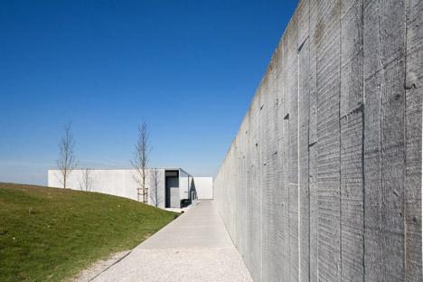 Tyne-Cote-Cemetry-entrance-pavillion-by-Govaert-and-Vanhoutte-architectuurburo_dezeen_468_6