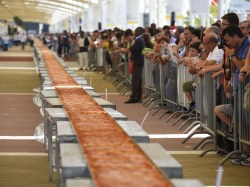 Splendid Longest Pizza Measuringalmost A Mile Long Independent Milan Expo Italy Breaks Record Longest Pizza Worlds Largest Pizza Record Worlds Biggest Pizza Place Milan Expo Italy Breaks Record