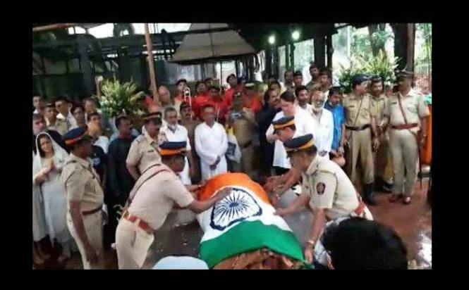 Shashi Kapoor wrapped in tricolour for last rites