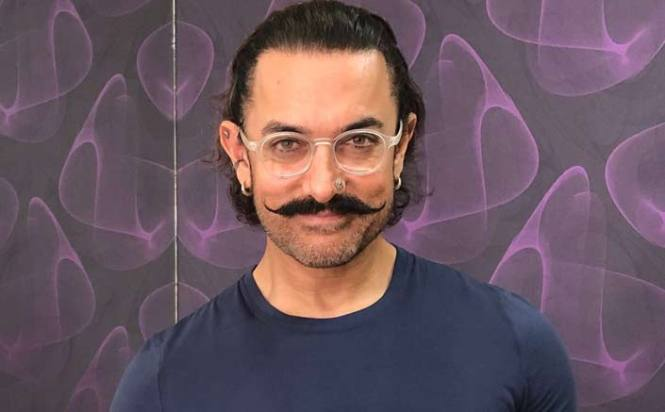 Aamir accepts 'Pad Man Challenge', poses with sanitary pad
