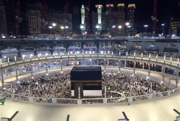 Jamaah melaksanakan ibadah tawaf di Masjidil Haram, Makkah, Sabtu (12/9).  (foto : AP)