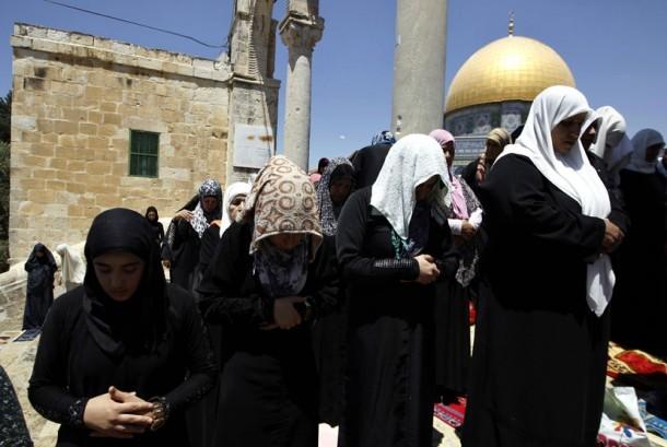 Jamaah wanita Palestina menunaikan Shalat Jumat dekat Kubah Batu di Komplek Masjid AL Aqsa,Yerusalem, Jumat (10/8). (Ammar Awad/Reuters)