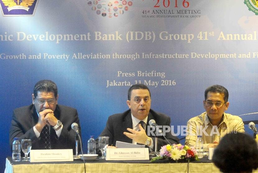 (dari kiri) Perwakilan Islamic Development Bank (IDB) Jakarta, Ibrahim Shoukry, Executive Secretary IDB Ghassan Al-Baba serta Staf Ahli Menteri Keuangan Bidang Makro Ekonomi dan Keuangan Internasional Andin Hadiyanto memberikan keterangan kepada wartawan s