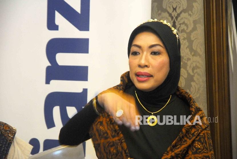 Director of Sharia dan Corporate Communication Allianz Indonesia Kiswati Soeryoko saat memberikan paparan kinerja keuangan Allianz Life Syariah tahun 2015 di Jakarta, Selasa (10/5).  (Republika/ Agung Supriyanto)