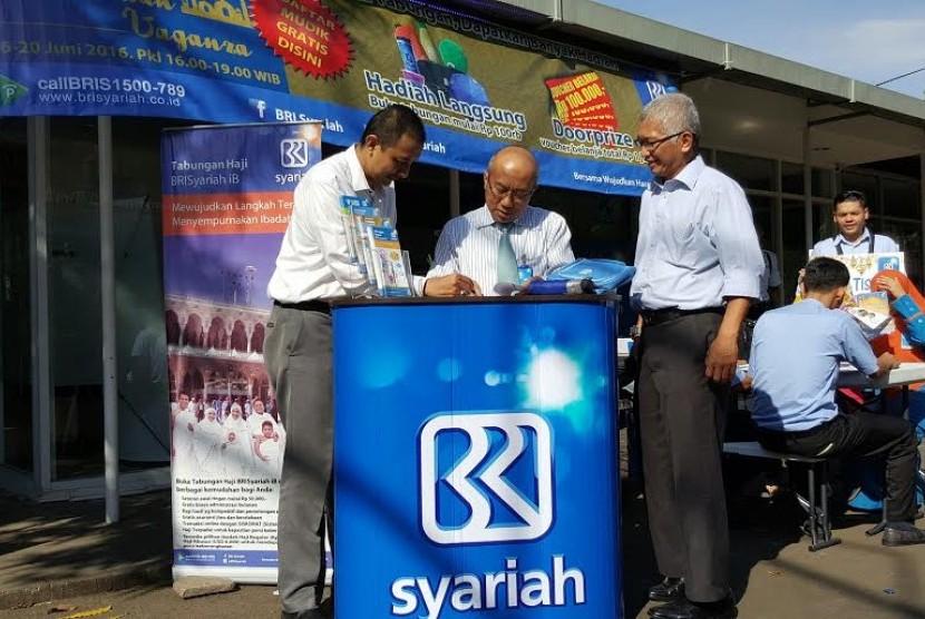 Direktur Kepatuhan BRISyariah Agus Katon E.S. (tengah) melayani jemaah Masjid Istiqlal Jakarta yang membuka Tabungan Haji di kegiatan Ramadhan Vaganza.