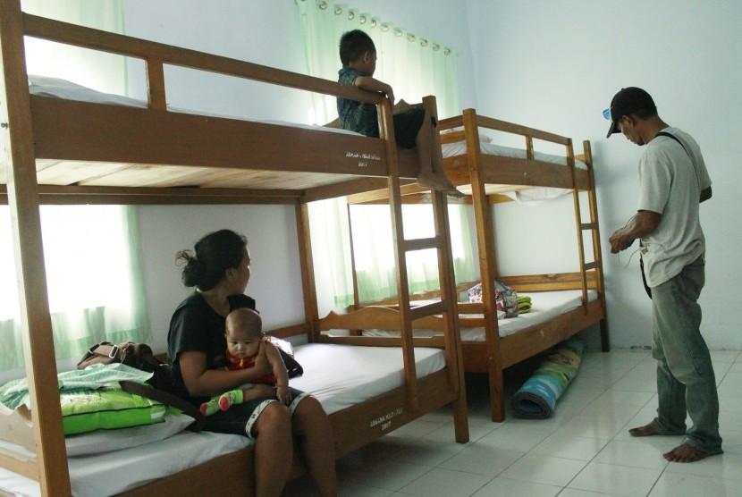 Eks anggota Gerakan Fajar Nusantara (Gafatar) menempati kamar di asrama Haji Propinsi Gorontalo, setelah dipulangkan dari Kalimantan Timur, Selasa (23/2)