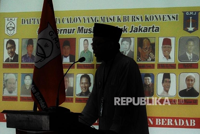 Foto siluet Majelis Tinggi Jakarta Bersyariah Kholil Ridwan saat berikan sambutan Halaqoh Nasional di Jakarta, Ahad (8/5). (Republika/Tahta Aidilla)